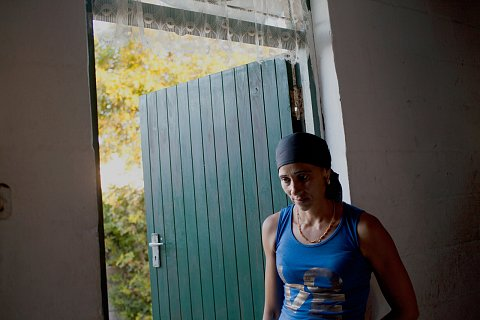 Jessica Adams, a friend and neighbor, visits Debby Lottering's home. <br>Manenberg, January 2015.