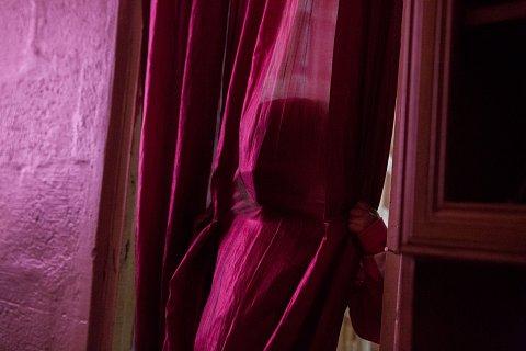 Chelsea Pietersen, 5, plays in her living room. <br>Manenberg, June 2018.